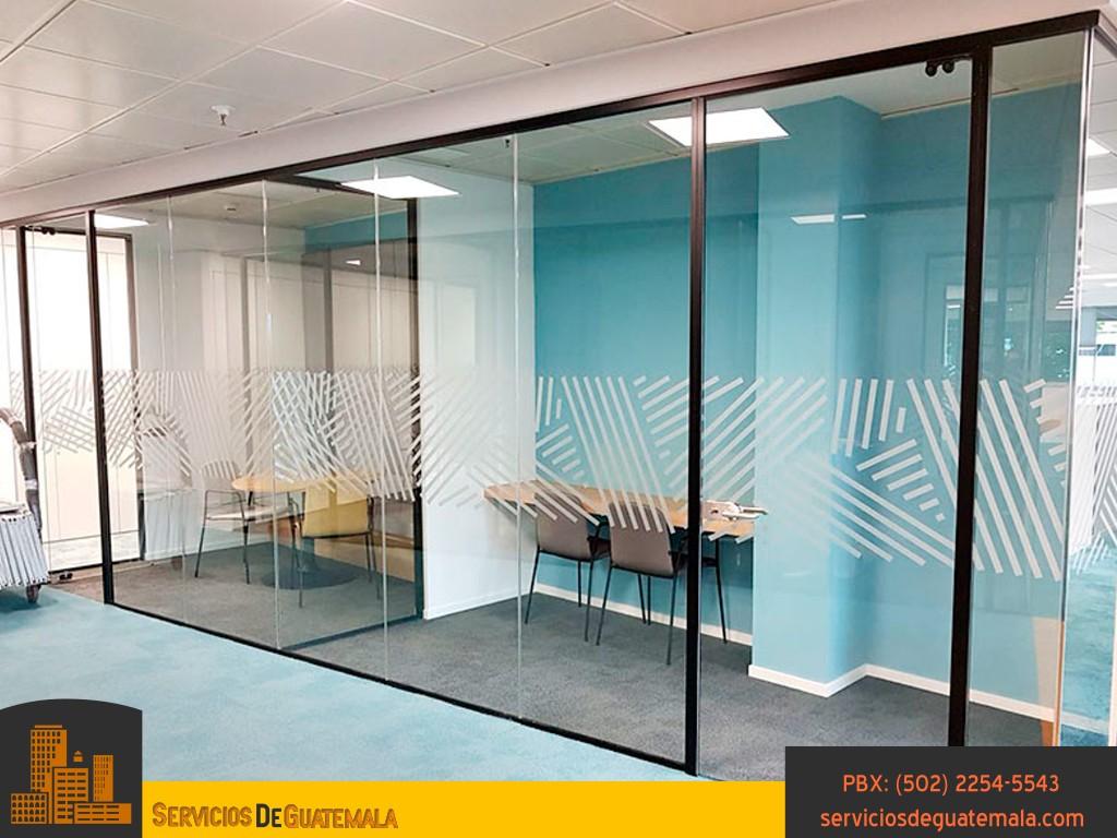 Vidrieria-en-Oficinas-residencias-casas-ventanas-puertas-espejos-mesas-vidrios-exhibidores-armarios-aluminios-servicios-de-guatemala