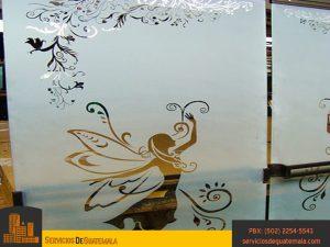 vidriería_templado_impreso_templado_laminado_serigrafiado_instalación_de_ventanas_puertas_mesas_espejos_vitrales_aluminios_exhibidores_ventajas_del_vidrio_servicio_de_guatemala
